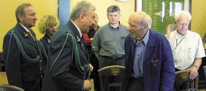 Delegaci oddziału gorzowskiego wręczają upominek stuletniemu Arkademu Brzezickiemu